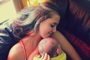 Το μωρό ησυχάζει στην αγκαλιά της μαμάς του